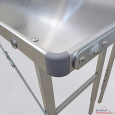Les angles des plateaux de notre table présentoir à 2 niveaux sont protégés
