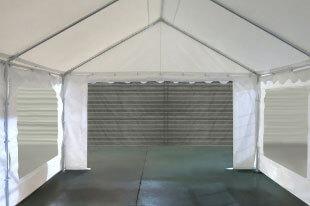 Grande porte de 2,70m sur un des pignons de notre chapiteau de festivités de 5m x 8m
