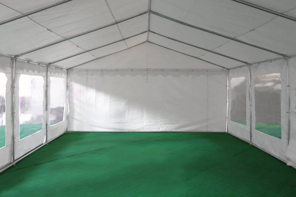 Notre tente de réception de 5m x 12m pour festivités est équipée d'une porte sur chacun des 2 pignons : une porte de largeur 1,50 m, et une porte de largeur de 2,70 m