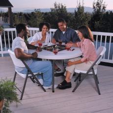 Rondes ou rectangulaires, nos tables pliantes en plastique sauront vous séduire par leur facilité de mise en place et leur esthétique