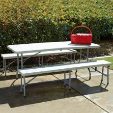 Privilégiez la convivialité en choisissant les bancs au lieu de plusieurs chaises autour de votre table pliante de réception !