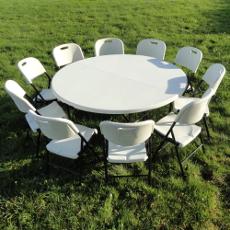 Un blocage de sécurité permet de maintenir les pieds de votre table pliante de réception en position d'usage et empêche tout repliage non désiré.