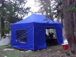 Barnum pliant 3x4,5m de couleur bleue utilisé pour du camping