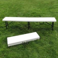 D'une capacité de 3 à 4 personnes, son piétement équilibré (3 pieds) offre une assise stable et sécurisée par les loquets de blocage.