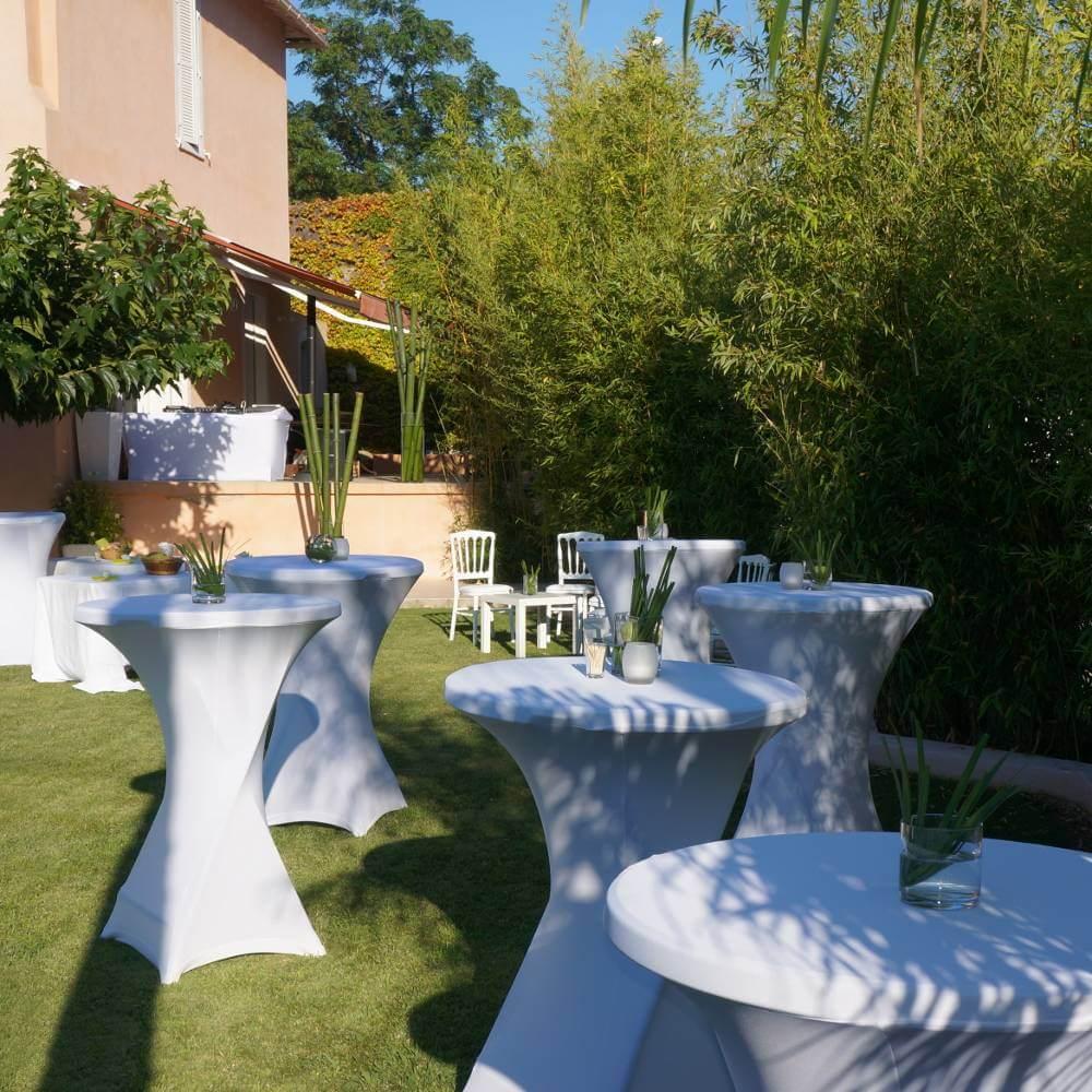 En extérieur comme en intérieur, notre mange-debout vous permetta de proposer un espace convivial pour un cocktail